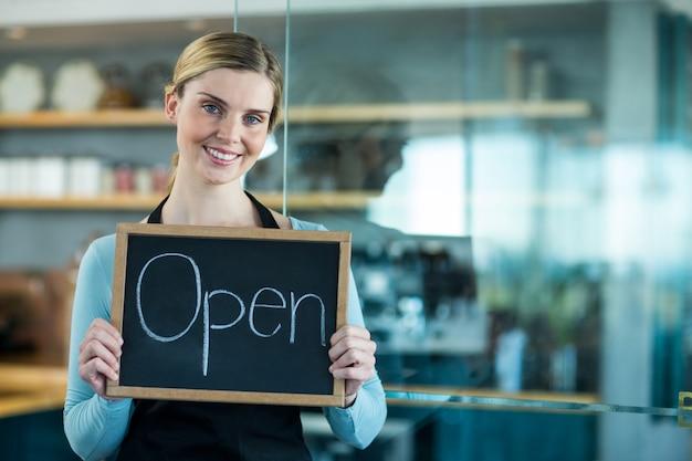 Camarero y camarera con tableta digital en cafetería