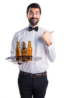 Camarero, cerveza, botellas, bandeja, pulgar, arriba