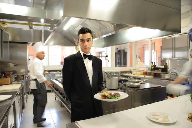 Camarero en la cocina