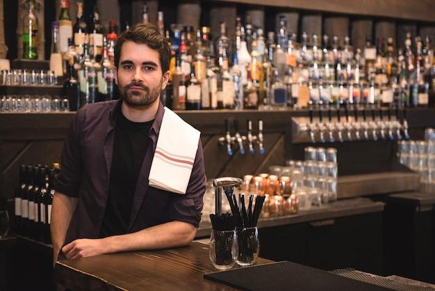Camarero confiado en barra de bar