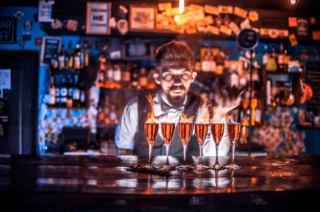 El camarero crea un cóctel en la cervecería.