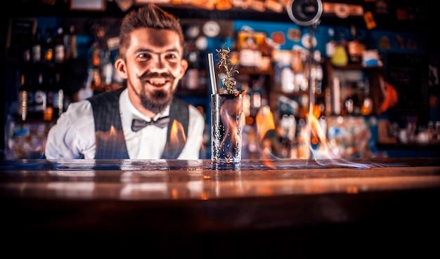 El camarero crea un cóctel en la taberna.