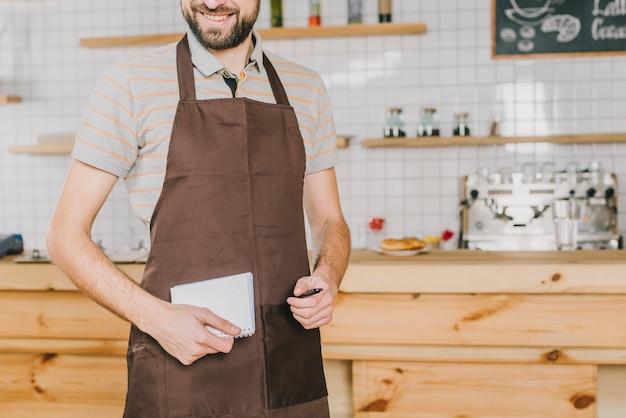 Camarero de cultivo con cuaderno