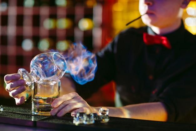 Camarero hace cóctel caliente.