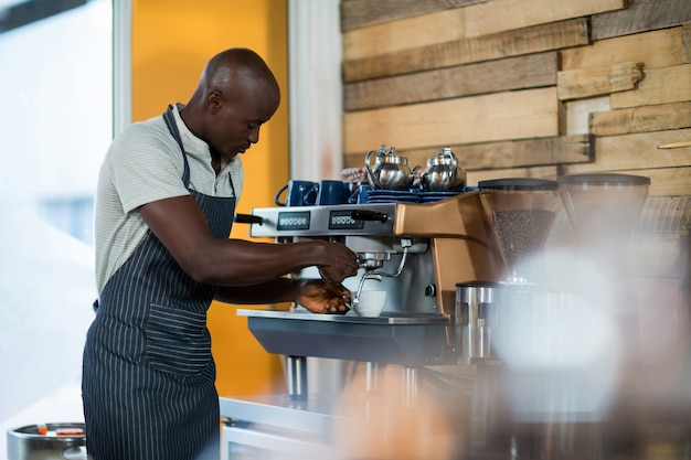 Camarero haciendo una taza de café