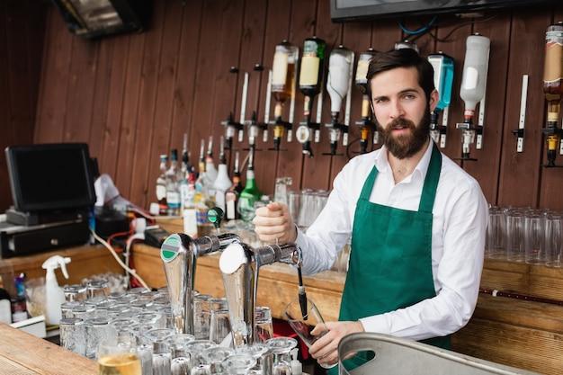 Camarero llenando cerveza de bar pump