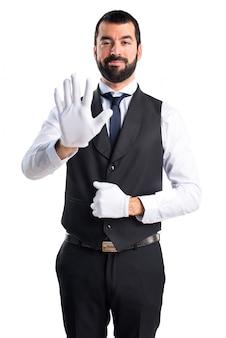 Camarero de lujo contando cinco