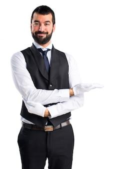 Camarero de lujo presentando algo
