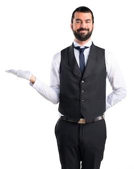 Camarero de lujo sosteniendo algo