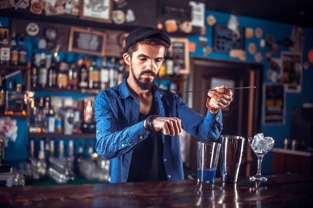 El camarero mezcla un cóctel en la cervecería