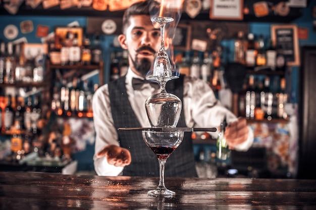 El camarero mezcla un cóctel en la cervecería.