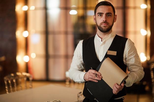 Camarero en restaurante de lujo