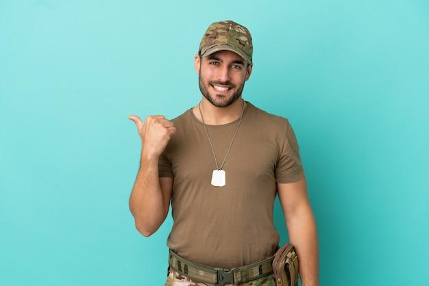 Camarero de restaurante sobre fondo blanco aislado sonriendo y mirando al frente con cara de confianza