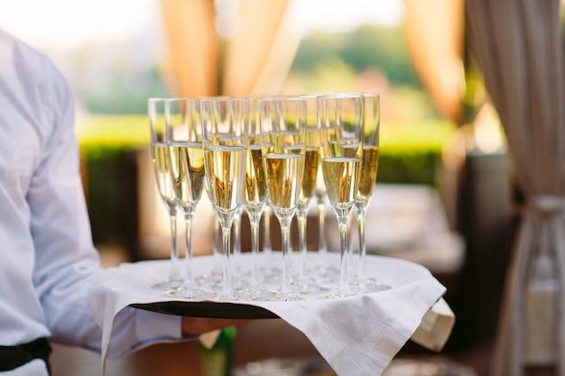 El camarero sigue sirviendo bebidas alcohólicas.