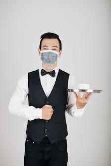 Camarero sirviendo café