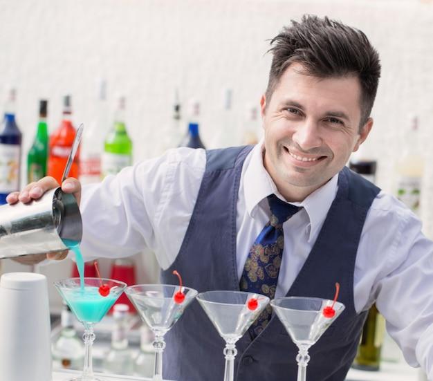 Camarero sirviendo un cóctel