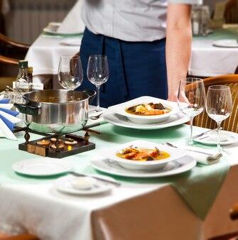 Camarero sirviendo comida en el restaurante
