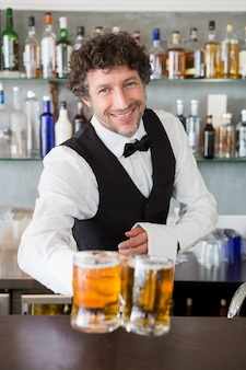 Camarero sirviendo jarra de cervezas