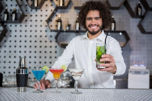 Camarero sirviendo un vaso de ginebra