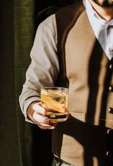 Camarero sosteniendo bebidas con hielo