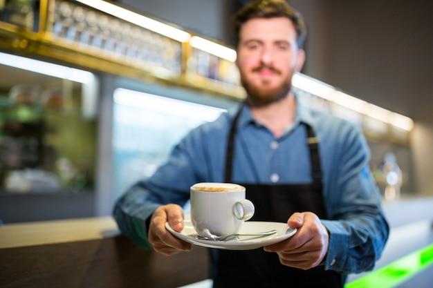 Camarero con taza de café