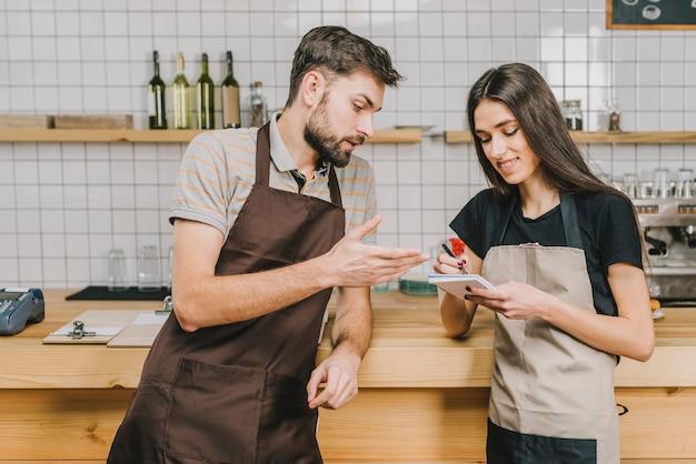 Los camareros debaten sobre el orden