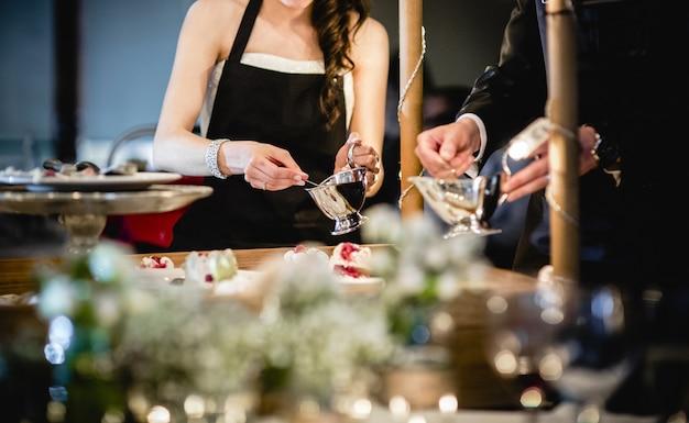 Camareros sirviendo bebidas durante el cóctel.