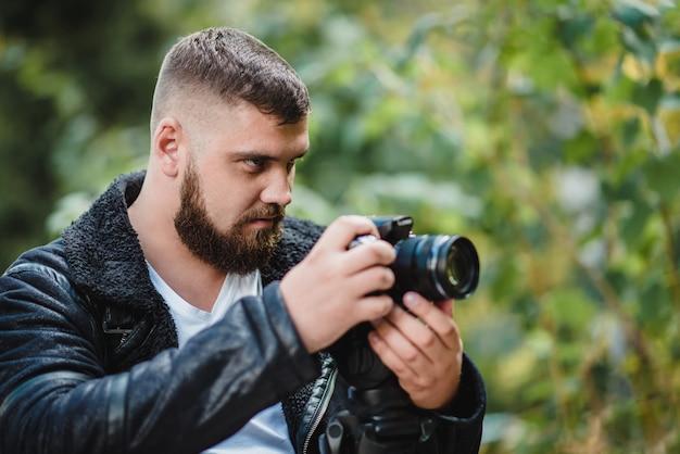 El camarógrafo graba un video en un parque verde.