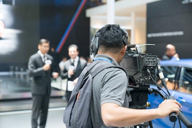 Camarógrafo, grabación, hembra, periodista, entrevista, hombre de negocios