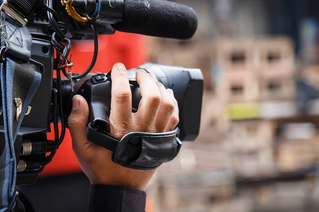 Camarógrafo trabajando en la calle