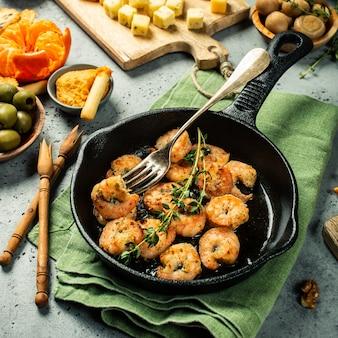 Camarones asados en sartén de hierro fundido