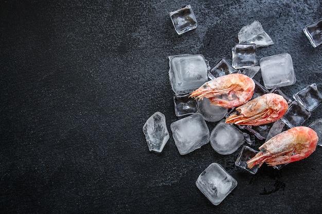 Camarones congelados con hielo