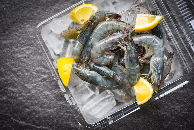 Camarones crudos en hielo con especias y limón