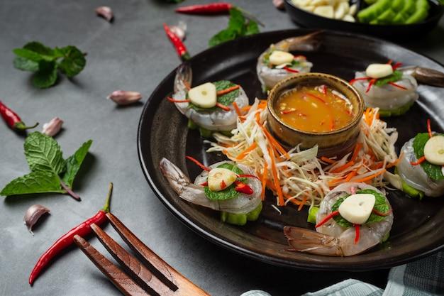 Camarones frescos empapados en salsa de pescado, comida tailandesa.