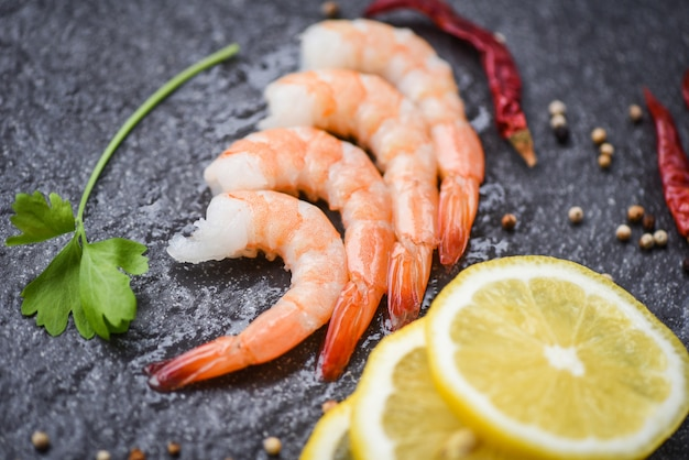 Camarones frescos servidos en el plato oscuro camarones hervidos camarones pelados cocinados con especias limón en el restaurante de mariscos