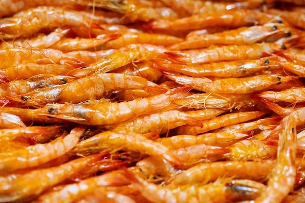 Camarones fritos crujientes, mercado de comida callejera tailandesa