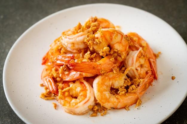 Camarones fritos o gambas con ajo en un plato blanco. estilo marisco