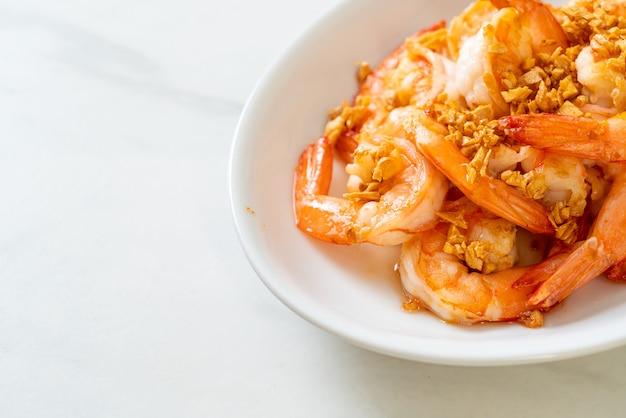 Camarones fritos o gambas al ajillo en un plato blanco - estilo marisco