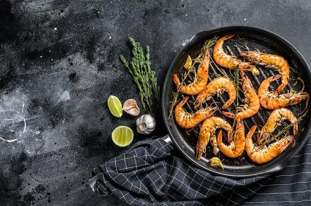 Camarones, gambas plato tradicional de gambas frito en masa de ajo con limón y perejil. comida sana. vista superior. copia espacio