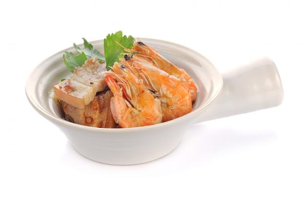 Camarones en maceta con fideos en blanco. comida tailandesa