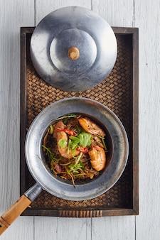 Camarones en maceta con fideos. comida tailandesa.