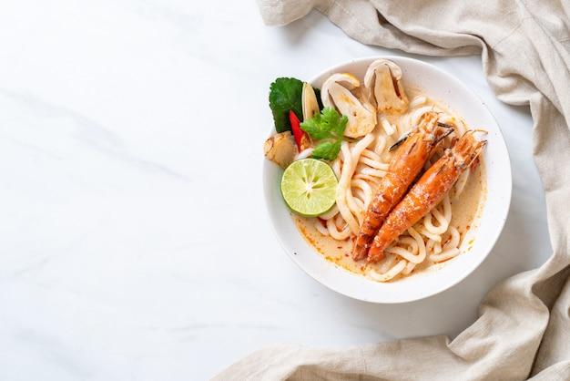 Camarones picantes udon fideos ramen (tom yum goong)
