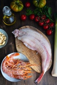 Camarones, rape crudo, tomate, ajo, almendras y aceite de oliva.