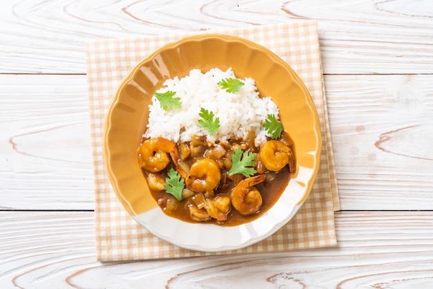 Camarones en salsa de curry sobre arroz