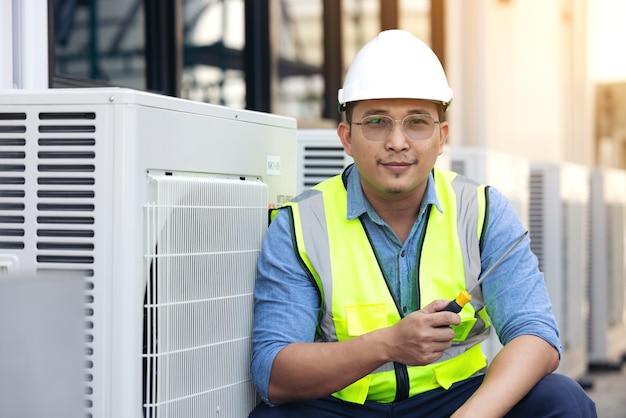 Cambio de aparato de aire acondicionado comprobando estado limpio