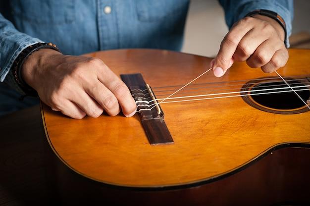 Cambio de cuerdas de guitarra clásica.