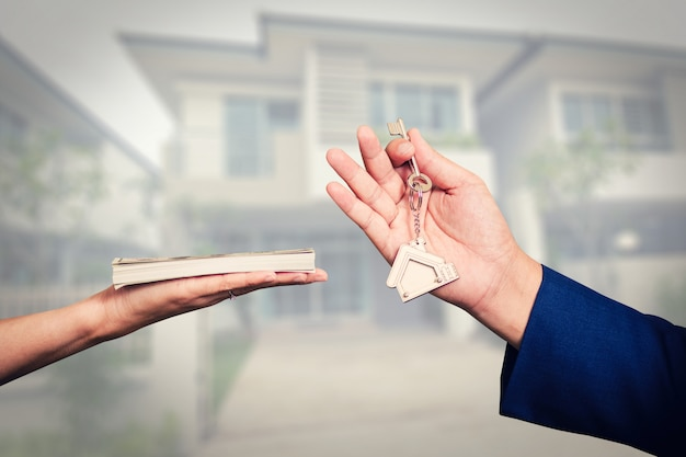 Cambio de dinero por las llaves de la casa.