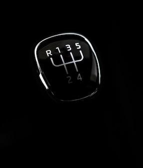 Cambio de engranaje de transmisión manual, sobre fondo oscuro