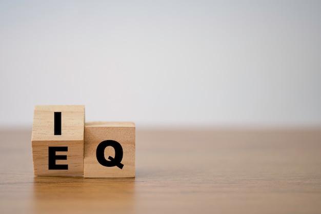 Cambio de eq a iq que imprime la pantalla en un bloque de cubo de madera. idea inteligente y concepto de emoción inteligente.