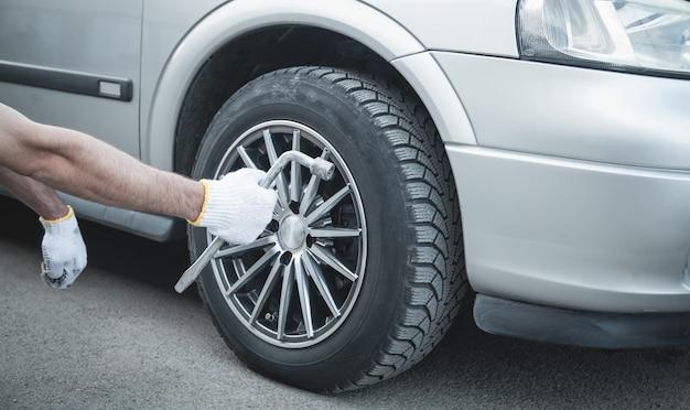 Cambio de llanta de automóvil. servicio de auto. concepto de instalación de neumáticos